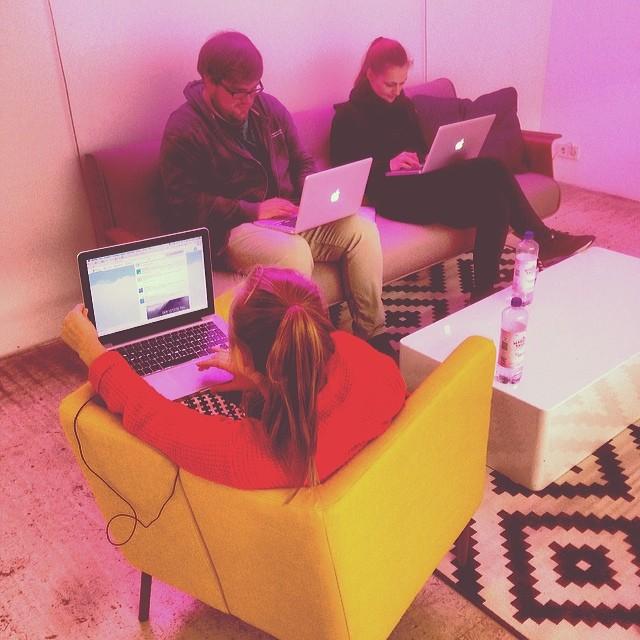 Menschen mit MacBooks bei buddybrand